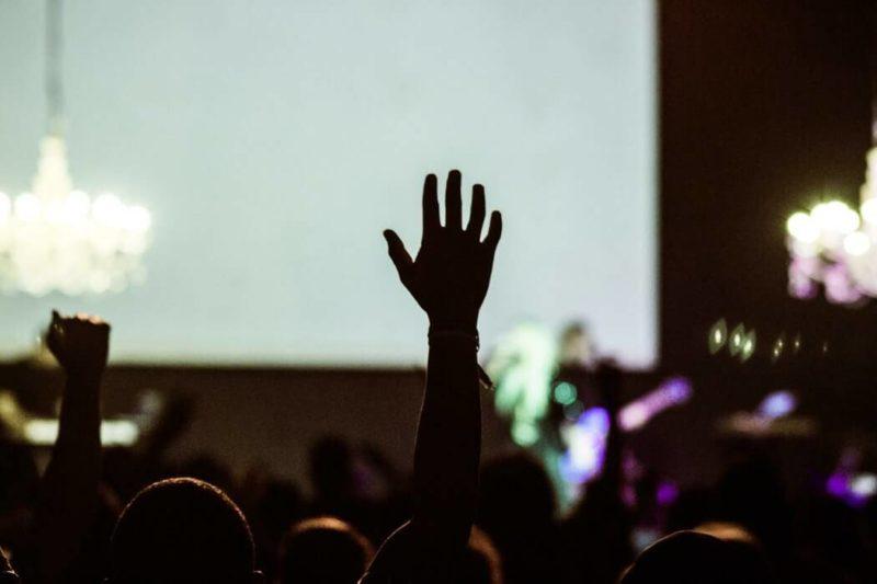 手をあげる人の画像