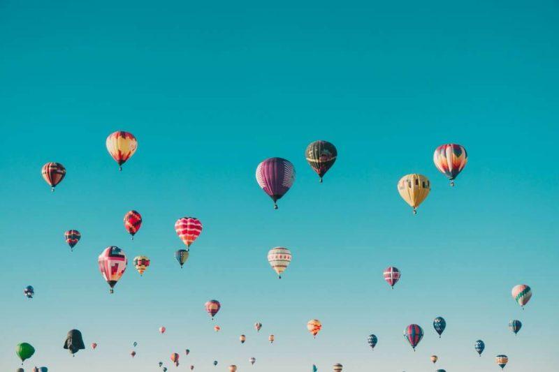気球が空を飛んでいる画像